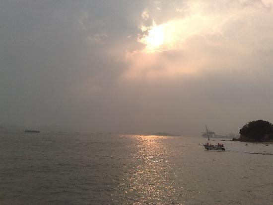 Xiamen, China: 夕阳西下处海面的波光粼粼