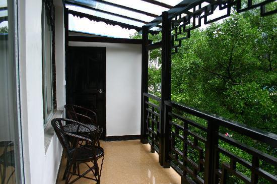 Tianranju Hostel : 我們的二樓,大陽台,有廚房