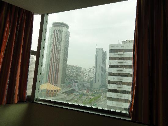 7 Days Inn Shenzhen International Trade Center: 往外看的景观。