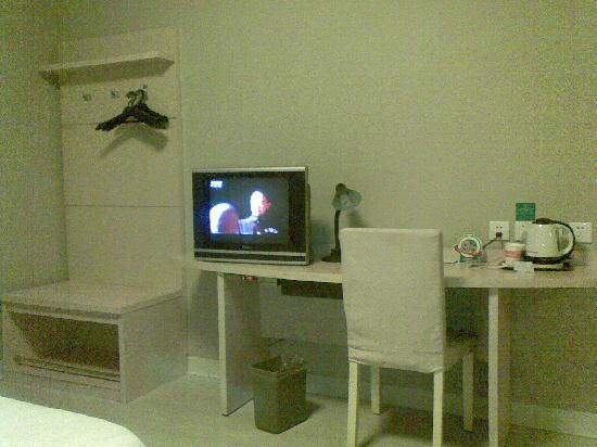 Jinjiang Inn (Taiyuan Yingze Park) : 电视柜,写字台,衣柜其实没什么用处,挂个衣服就可以