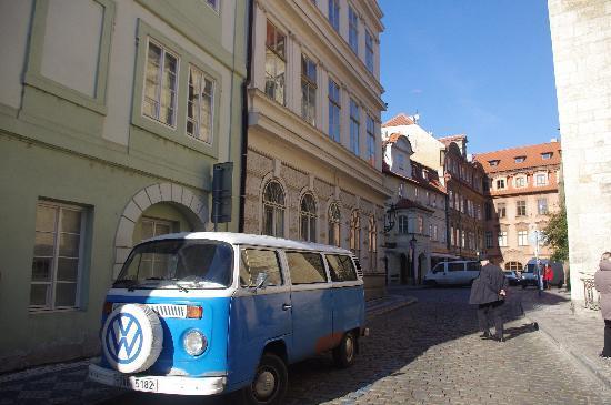 براج, جمهورية التشيك: 自己在城堡附近溜达,小巷里没人,只有好看的大蓝车