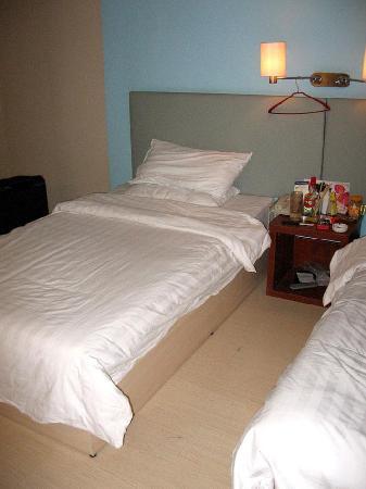 Piao Home Inn Beijing Qianmen: 房间很暗...
