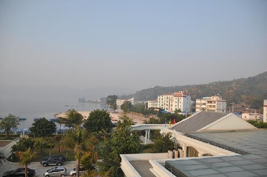 Sunny Coast Hotel: 从房间里看酒店周围(抚仙湖)风景