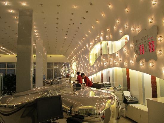 OL Stadium Hotel Beijing: 大堂,有现代感,据说前台是一条金属的鱼型