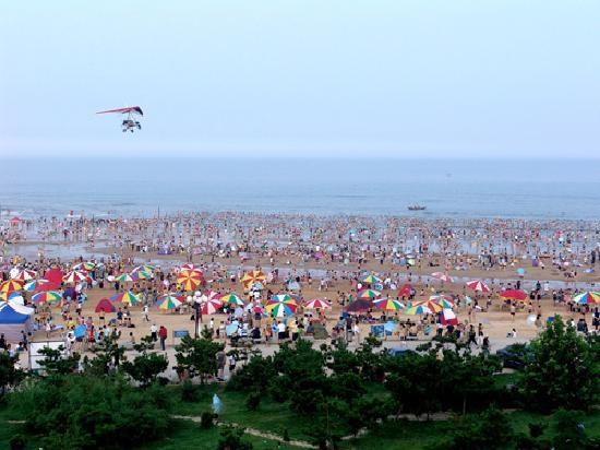 Rizhao Coast Forest Park: 夏日海滩,很多游人洗海水澡