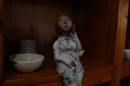 Jingdezhen International Youth Hostel : 很艺术的陶瓷制品,旁边有口很多鱼的水缸