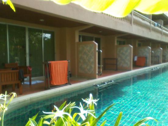 Phuket Orchid Resort & Spa: 住在这一排房间,打开阳台的门你就可以下水咯。