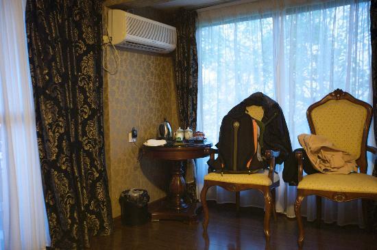 Longshen Shenlongtang Hotel: 单人房-两边窗外都是风景