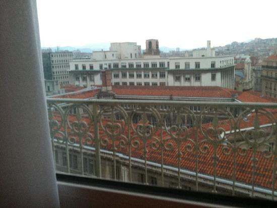床外有个小阳台 不过不能出去 picture of ibis marseille centre vieux port marseille tripadvisor