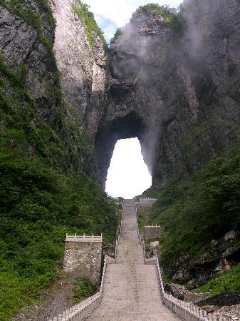 Гора Тяньмэнь вЧжанцзяцзе: 天门洞。俄罗斯空军曾驾机穿越。