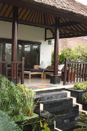 Villa L'Orange Bali: 别墅外面放着沙发,下面有养着锦鲤,到了晚上还经常有青蛙跳来跳去