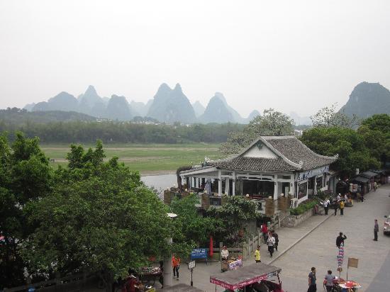 Huaqiao Hotel: 从阳台往右前方看过去
