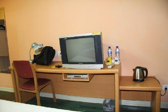 Home Inn Chongqing Exhibition Cente: 床对面就是电视柜 房间不大