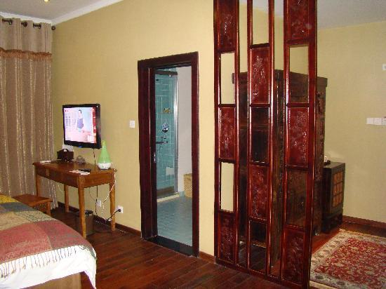 Red Wall Garden Hotel: 浴室和门厅