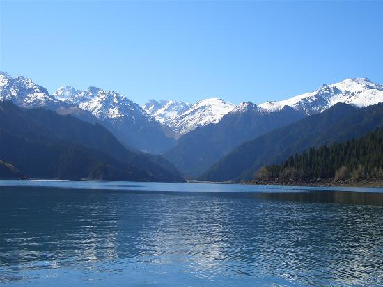 Urumqi, Kiina: 天池湖水、远眺雪山