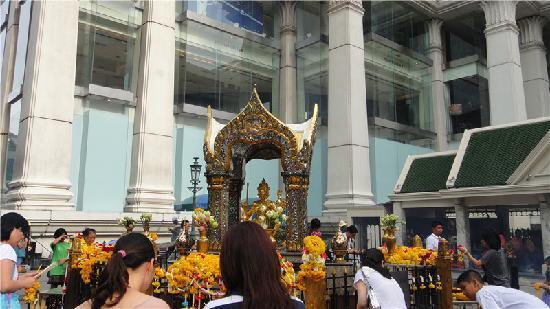 Erawan Shrine (Thao Mahaprom Shrine): 最灵验的四面佛
