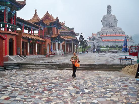 Dongwan Guanyin Mountain: 还在整修中,又逢下雨天,有点清凉的感觉