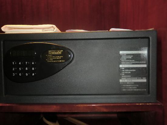 Tongcheng Hot Spring Hotel: 衣橱里有保险柜 很实用的