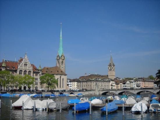 Zürich, Sveits: 圣彼得教堂和妇女教堂