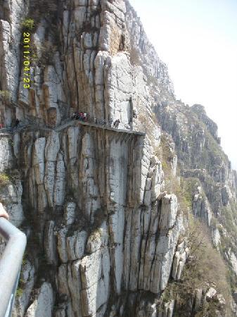 Sanhuang Village Scenic Resort: 险峻的栈道