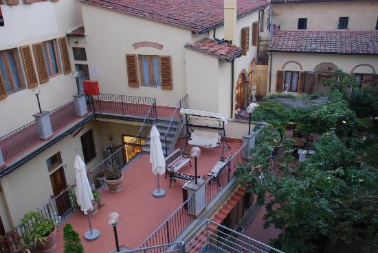 Mia Cara/Archi Rossi Hostel: 从房间望出去的酒店后院
