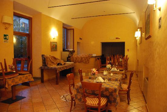 Mia Cara/Archi Rossi Hostel: 早餐就是在这里晚上也可以在这里上网