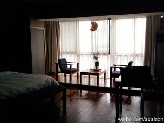 Yijia Hostel Weifang Manhattan: 因为是傍晚照的,所以不太清楚,但房间看上去很整齐宽敞吧。