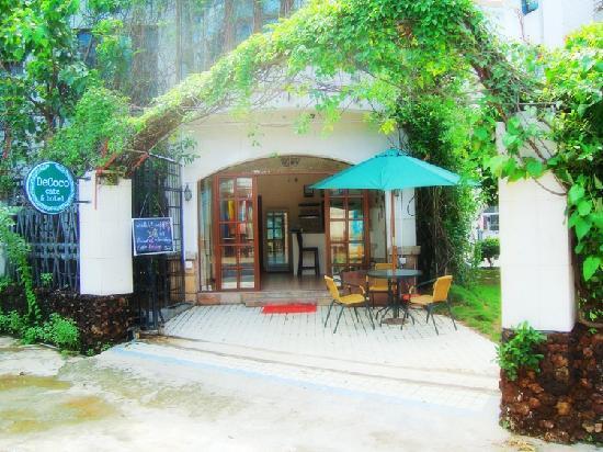 Cardamun Cafe Inn: 旅舍前门
