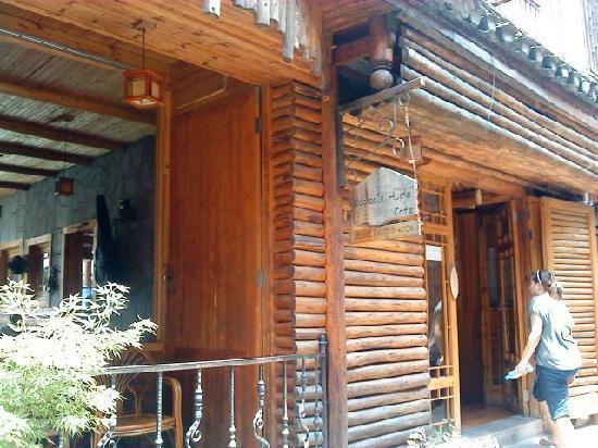Koala Hostel: 小屋门口