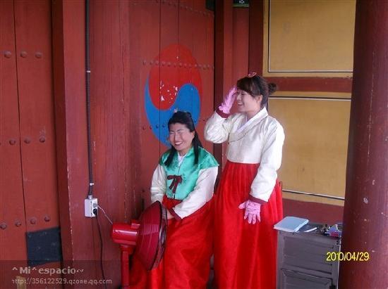 Южная Корея: 大陵苑门口的两个接待
