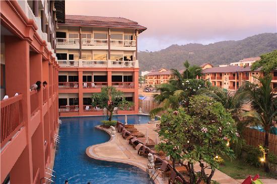 Kata Sea Breeze Resort: 游泳池连着房间,很漂亮。