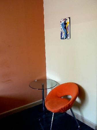 Ru Lai Hotel: 大床间还有小茶几和沙发,很不错,很温馨