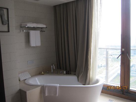Serenity Coast Resort Sanya: 房间的浴缸