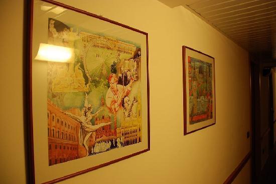 Hotel Albavilla : 走廊里的画