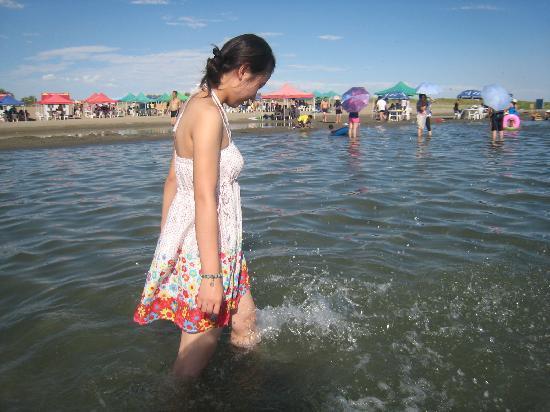 Golden Beach of Xinjiang : 气温和水温对比鲜明