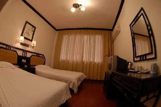 West Lily Hotel: twin room