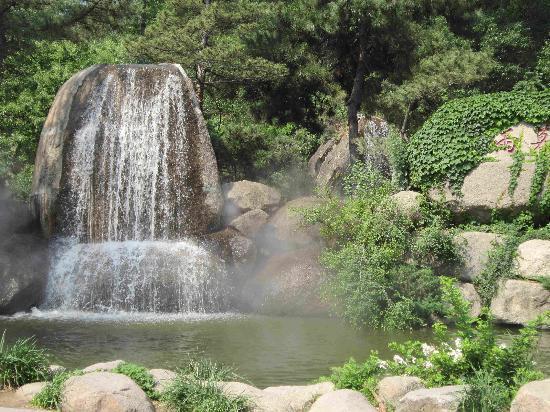 Pan Mountain Scenic Resort : 一进门的瀑布~