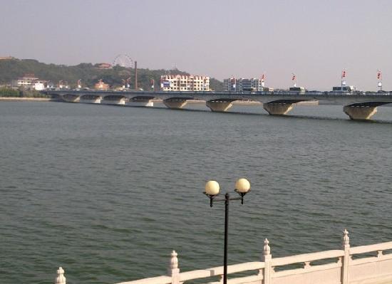 Chaozhou Binjiang Gallery: 从滨江长廊可看到韩江大桥