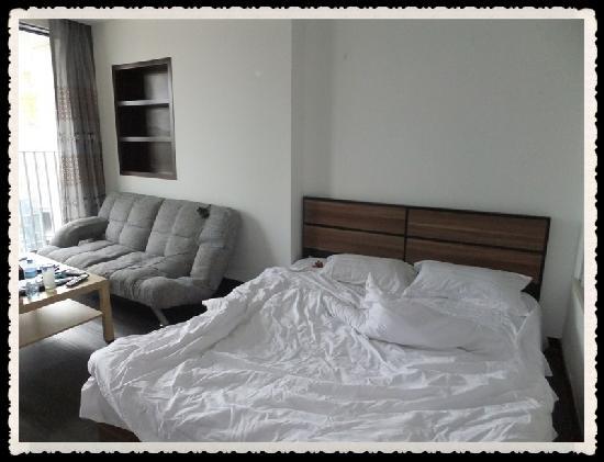 Shunhe Bainianhui Apartment: 偶睡过滴床~电源在沙发后面不是很方便