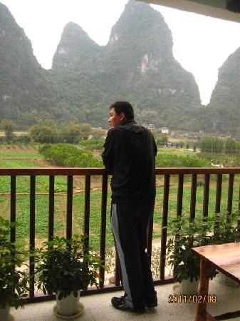 Shui'an Overseas Chinese Hotel: 这是从房间往阳台望去的景色,看着那山看着那水,就已经是一种享受了!