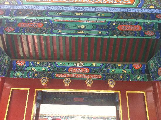 โรงแรมรอน ยอร์ด: 房檐下漂亮的画