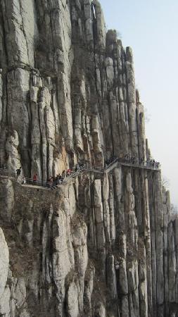 Sanhuang Village Scenic Resort: 山腰带