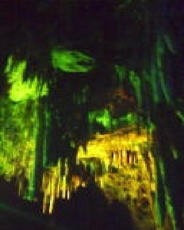 Yishui Underground Painting Gallery: 灯光下的梦幻