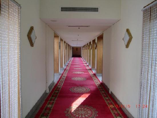 Fragrant Hill Hotel: 长长的走廊,两边悬挂着这里曾作为保育院的历史图片