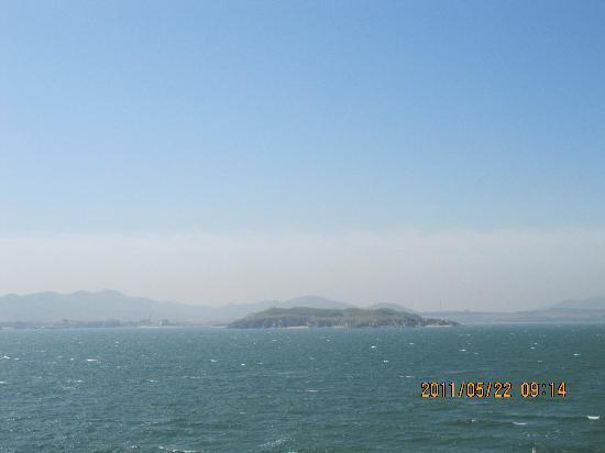 Chrysanthemum Island: 远眺海中雾中的仙岛