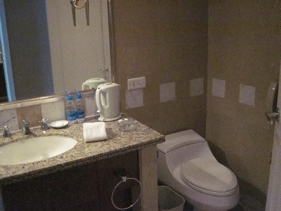 Kai Wah Plaza International Hotel: 卫生间带淋浴间占用了很大房间面积