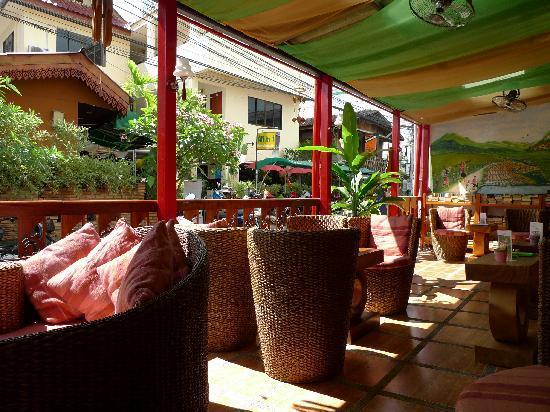 Thapae Gate Lodge: 阳光下的休息区