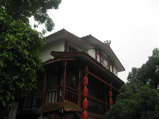 Xiyue Hostel : 站在桥上拍的