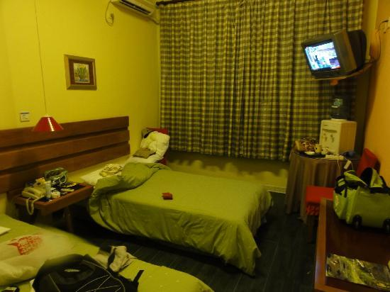 Home Inn (Beijing Qianmen) : 晚上拍的房间