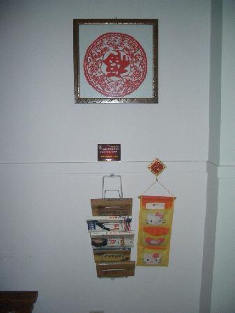 Jinli Home Hotel : 剪纸和书